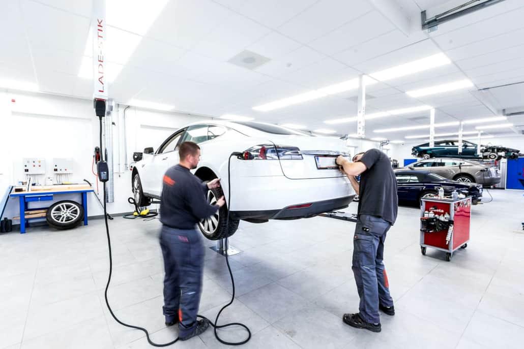 mekanikere udfører tesla reparation på et autoværksted