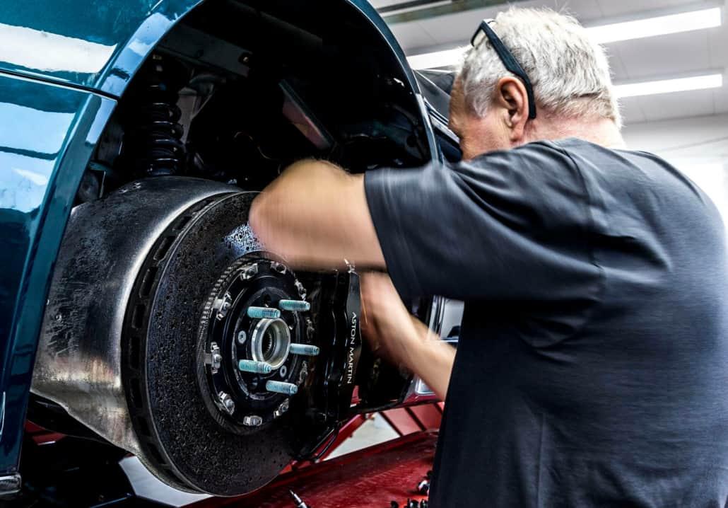 mekaniker udfører dækskift